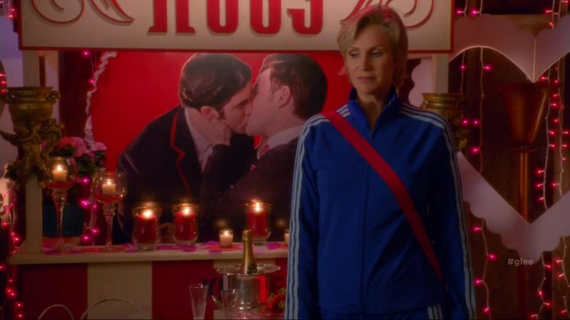 Sue is one of us!!! BUT I HAVE A QUESTION: HOW CAN SHE HAVE A PHOTO OF KLAINE'S FIRST KISS?