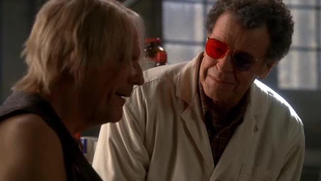 """Double référence dans une seule image : twin peaks (Walter porte les lunettes du Docteur Jacoby) et Back to the future (le comédien qui lui tient la réplique est le """"doc"""" Emmet Brown ! et son fils voyage dans le futur depuis l'année 1985)."""