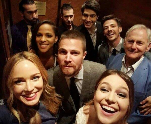 It's OFFICIAL GUYS!!! CW just confirmed a CROSSOVER between Arrow, Flash, Supergirl and Legends of Tomorrow!! All at once!! Yeaaaah! 👏👏👏👏👊👌😎