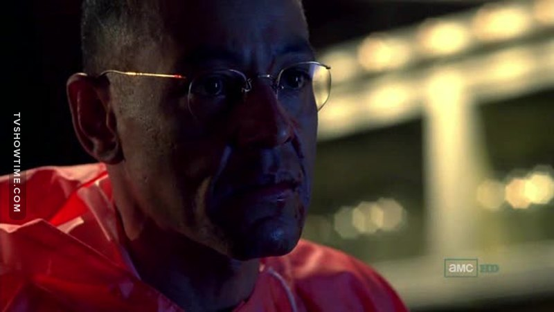 La scena con Gus è un fottuto capolavoro. Entra, si mette la tuta per non contaminare gli abiti, gira attorno a Walt e Jesse e infine uccide il suo scagnozzo con il taglierino verde usato da Gale ai tempi dell'inaugurazione del laboratorio, il tutto SENZA DIRE UNA PAROLA. Carisma, paura, freddezza. Gus.