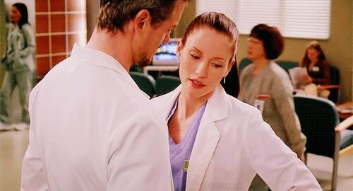 """"""" - Dr. Sloan é o seu paciente, pergunte os sintomas, faça o diagnóstico e receba o próximo desafio. Quais são os seus sintomas?  - Nesse momento meu coração acelerou e eu senti uma quentura e isso tudo sem mencionar o que está crescendo dentro da minha calça"""" RESPIRO SLEXIE SIM"""