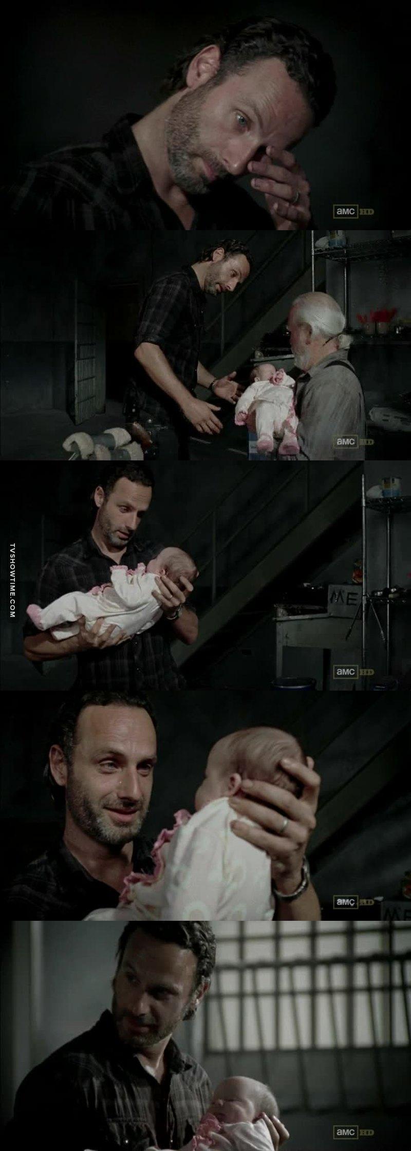 He finally held his daughter 😢❤️
