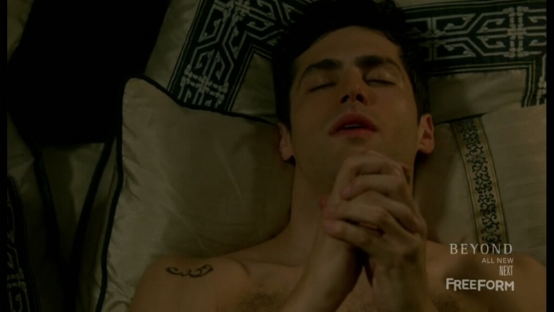 Alec trying to find Jace is cute, but it seems he's praying for a Magnus' kiss  😂😂
