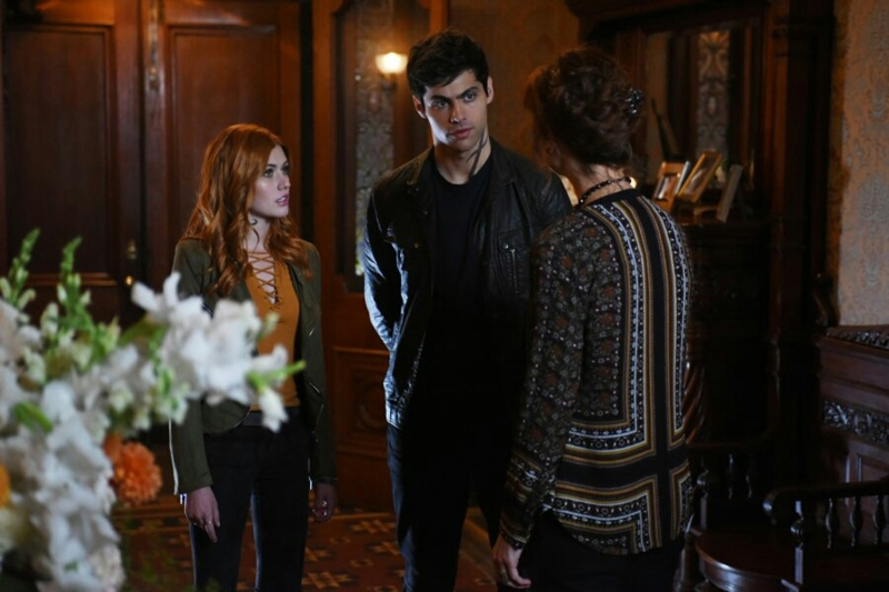 Alec protecting Clary is so sweet!  My BROTP is rising 🙌