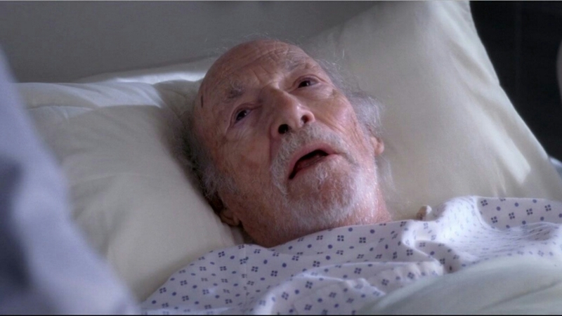Il grande vecchio, fonte inestimabile di gossip, in coma per un anno intero, si è svegliato solo per morire seduto su una sedia