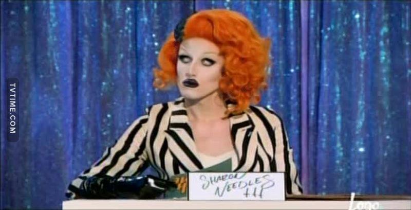 Cara, OLHA ESSA SHARON NEEDLES que ela representou! Estava A PRÓPRIA!  A imitação ficou a desejar, mas não merecia a eliminação. Tinha umas que estavam MIL VEZES PIOR!   ELIMINAÇÃO INJUSTA PRA CACETE!