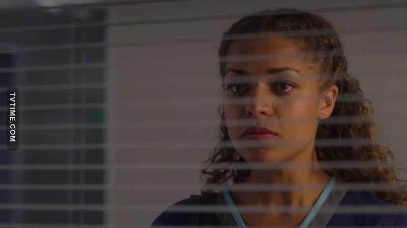 Essa situação da Claire é bem triste. Mesmo com tanto esforço e empenho em salvar a vida da paciente, um simples erro faz tudo ser em vão. Infelizmente os médicos não são a prova de erros e isso faz a gente pensar em como deve ser difícil pra um médico na vida real perder um paciente. O sentimento deve ser horrível. 😞