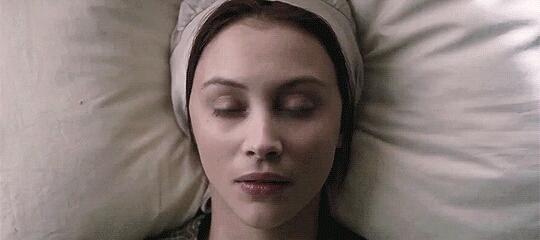 """Criando teorias de conspiração onde Grace tem dupla personalidade: uma delas assume o papel de Mary e tem instinto assassino, enquanto a outra é a própria Grace, """"doce e inocente"""". Típico caso Norman e Norma Bates."""