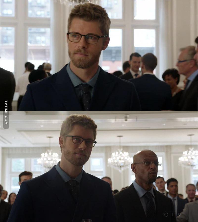 Ma quanta roba è Roman con gli occhiali e il completo? 😍