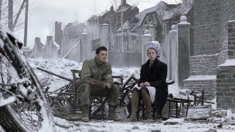 """""""Even today, on a real cold night, we go to bed my wife will tell you, the first thing I'll say is, - I'm glad I'm not in Bastogne.""""  Bastogne pode ter sido permeado pelo seu teor lento dos acontecimentos, mas o episódio em si foi totalmente rico, não se levarmos em consideração o contexto histórico daquilo que foi a Segunda Guerra Mundial, mas pelo terror psicológico daqueles que viram e enfrentaram um dos momentos mais caóticos já enfrentados na história do homem. Anteriormente vimos a perspectiva de guerra daqueles que embraçam e encaram a guerra face a batalha, em Bastogne uma nova aresta de ponto de vista foi aberta e vimos como se torna a experiência de Doc, um dos médicos da companhia, diante aos escombros e estilhaços de guerra.  Essa experiência não se torna menos aterrorizante, nem muito menos sangrenta pra Doc, mas Eugene Roe em sua posição também vê a morte e compartilha do sofrimento que cada um passa ali. Ajudar os amigos, companheiros de guerra, enquanto eles estão caídos no chão, você sendo bombardeado pela tropa inimiga, se torna um sacrifício e um ato heroico tanto quanto àqueles que enfrentam o campo de batalha corpo a corpo. E isso me leva a crer que homens que não foram atingidos pelos escombros de guerra, também se tornam vítimas, na verdade. É muita bravura, e é essa cumplicidade, esse companheirismo, e acima de tudo, amizade, que faz deles serem tão unidos e ajudarem uns aos outros nos momentos mais difíceis, como vimos várias vezes ao longo de Band of Brothers.  Essa Batalha do Bulge em Bastogne foi uma das mais tensas que já vi. A missão nas trincheiras revela por parte a aflição do telespectador que vê a bravura dos combatentes numa trincheira, no frio, e na deriva da espera de qualquer ataque dos alemães. E diante desses fatos, não há como não chorar ou se emocionar com tanta sinceridade e cargas emotivas, ao passo do sofrimento de cada um ali."""