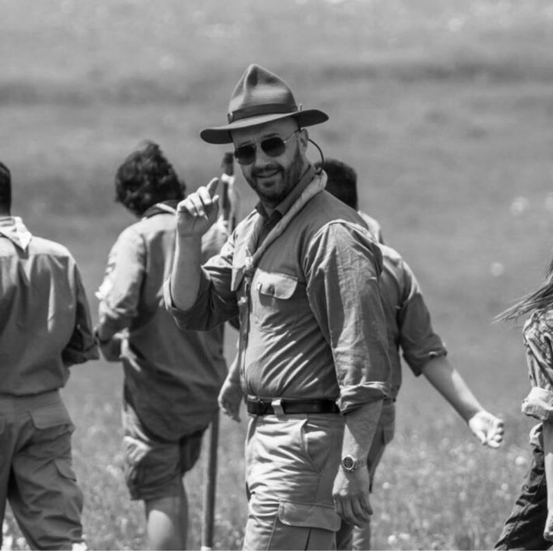 """1987. Esce nelle sale statunitensi """"Full Metal Jacket"""", film di Stanley Kubrick ambientato durante la guerra del Vietman. Il film divenne celebre per la figura del Sergente Maggiore Hartman, terribile e dispotico commilitone chiamato ad addestrare i partenti per il fronte, interpretato da Ronald Lee Ermey, qui immortalato durante un momento di svago sul set."""
