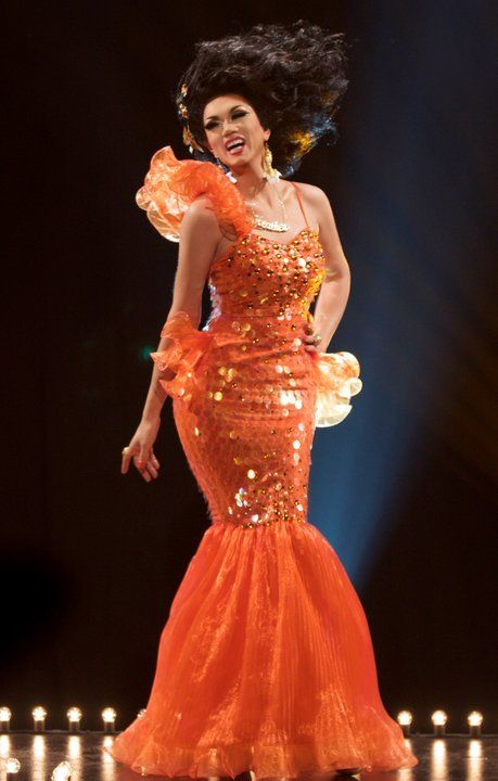 Manila's outfit is beyond amazing. The attention to detail with the wig that made it seem like she was underwater, the goldfish jewelry, sequins reminding of fish scales, the little pieces of tulle on her hips mimicking fins. I mean come on ! I get that I might be biased but this is one of the best looks of the early seasons.  Giving me Nemo fashion ! It should definitely get as much praise if not more as the pineapple (porcupine) gown.