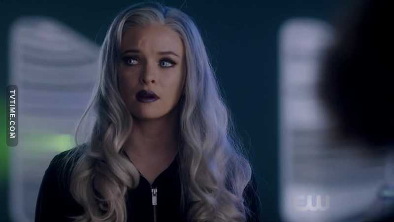 Good to see the flash costume people decided to invest in better wigs! I dig the new grey hair on killer frost ❤️