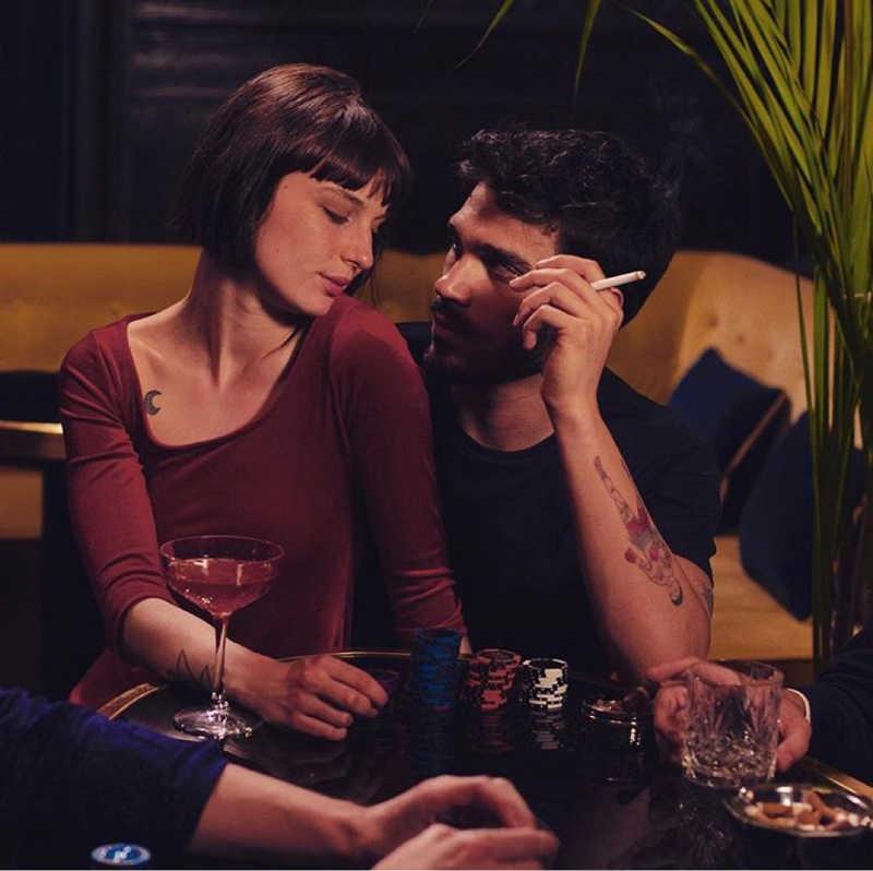 Nonostante lui sia un coglione che non abbia difeso la donna che dice di amare e lei che prima lo manda a fanculo e poi lo bacia, sono una cosa bellissima sti due.