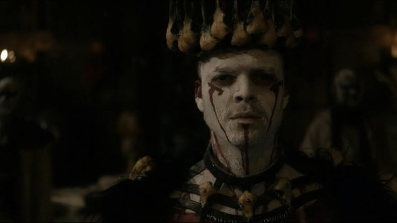 C'est tellement gros ce que fait Freydis. 🙄Elle dit exactement ce que veut entendre Ivar…. Sur ce coup, il n'est pas très malin… Le gars ne se sent plus !! Je suis un dieu 😅 !! Il s'y croit vraiment. Et au passage, il se débarrasse encore d'un frère…  Bye bye Hvitserk. Loin d'être le personnage le plus intéressant de la série. D'ailleurs, je suis étonnée qu'il soit resté en vie aussi longtemps.   C'était évident que Bjorn n'allait pas accepter de se faire baptiser. Et on sait qu'il ne va pas rester assis tranquillement et obéir à Alfred... Ubbe a toujours été le plus réfléchi.   J'avais totalement oublié l'autre fils de Ragnar…encore un…Magnus. 😅  Headmund reprend sa place aux côtés d'Alfred.   Harald qui veut renverser Ivar… Qui est surpris ? 😑  Floki a l'air tellement déconnecté des autres. Sa partie ne m'intéresse toujours pas…