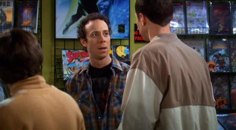 """Stuart: """"Ecco, Sheldon, ti ho tenuto da parte il nuovo numero di Hellboy. È sconvolgente."""" Sheldon: """"Ma scusa! Niente spoiler!"""" Stuart: """"Non ti ho spoilerato nulla!"""" Sheldon: """"Mi hai detto che è sconvolgente. Quindi la mia mente è entrata in pre-sconvolgimento. E una volta che la mente è per-sconvolta, non può essere ri-sconvolta."""" Stuart: """"Scusami."""" Sheldon: """"Disse il Grinch al Natale."""" 😂😂"""