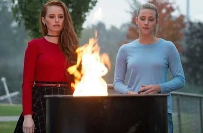 Two queens in the art of burning houses