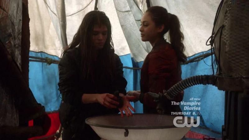 """""""Ça doit pas être drôle, de faire tout le trajet jusqu'ici pour découvrir que ton mec kiffe quelqu'un d'autre."""" 😂👌🏼 Octavia 1 - 0 Raven"""